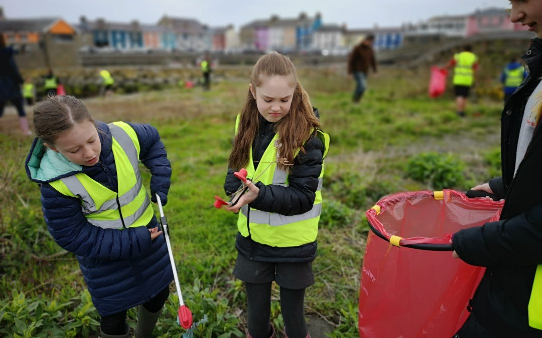 Children help to clean up the Afon Aeron during Spring Clean Cymru